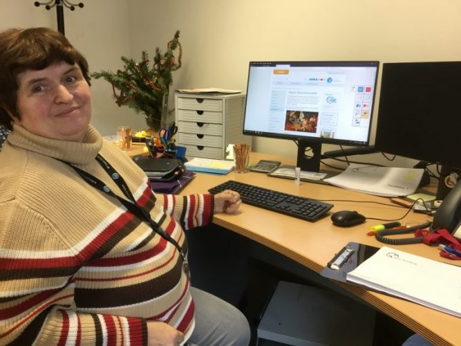 Peer researcher testing the EasyReading Software at the PC