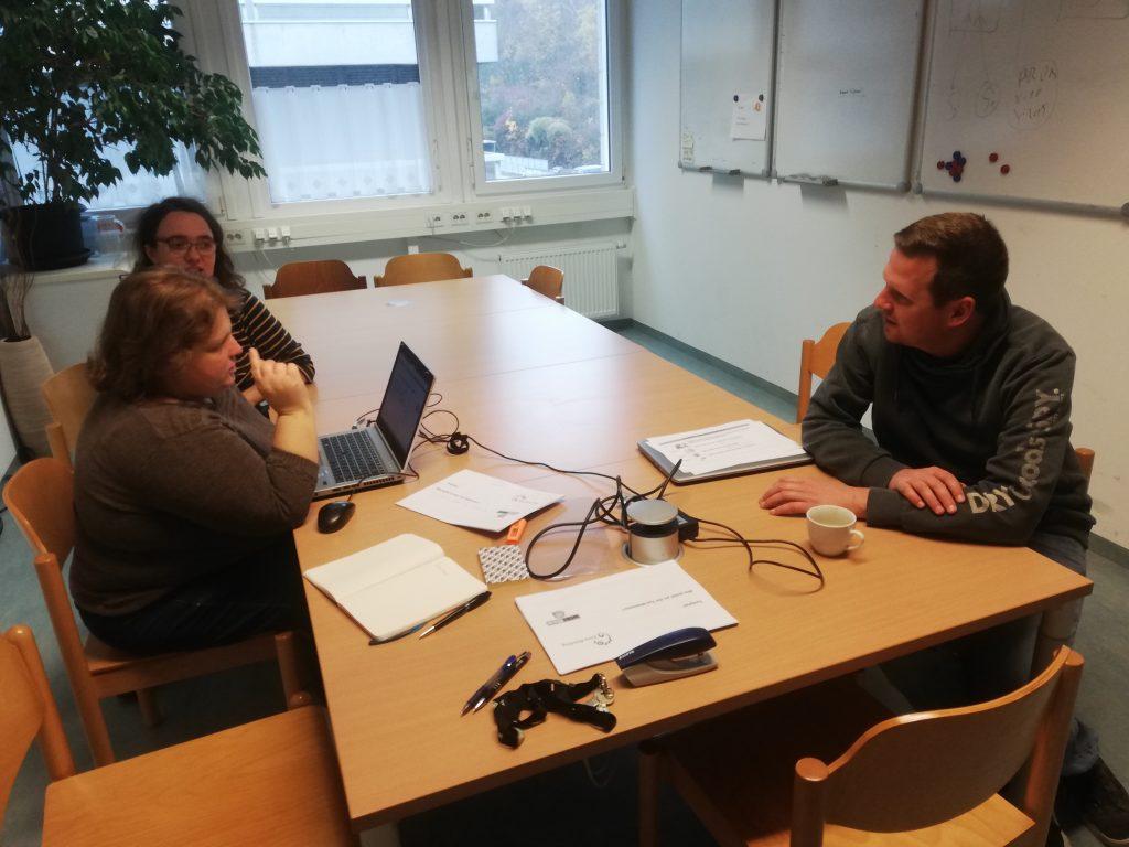 Peer Forscher und Entwickler bei einer gemeinsamen Besprechung