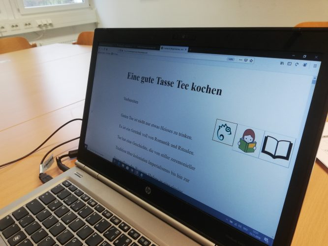 """Bildschirm mit Anleitung für """"Eine gute Tasse Tee kochen"""". Easy Reading ist geöffnet mit zwei Buchsymbolen"""